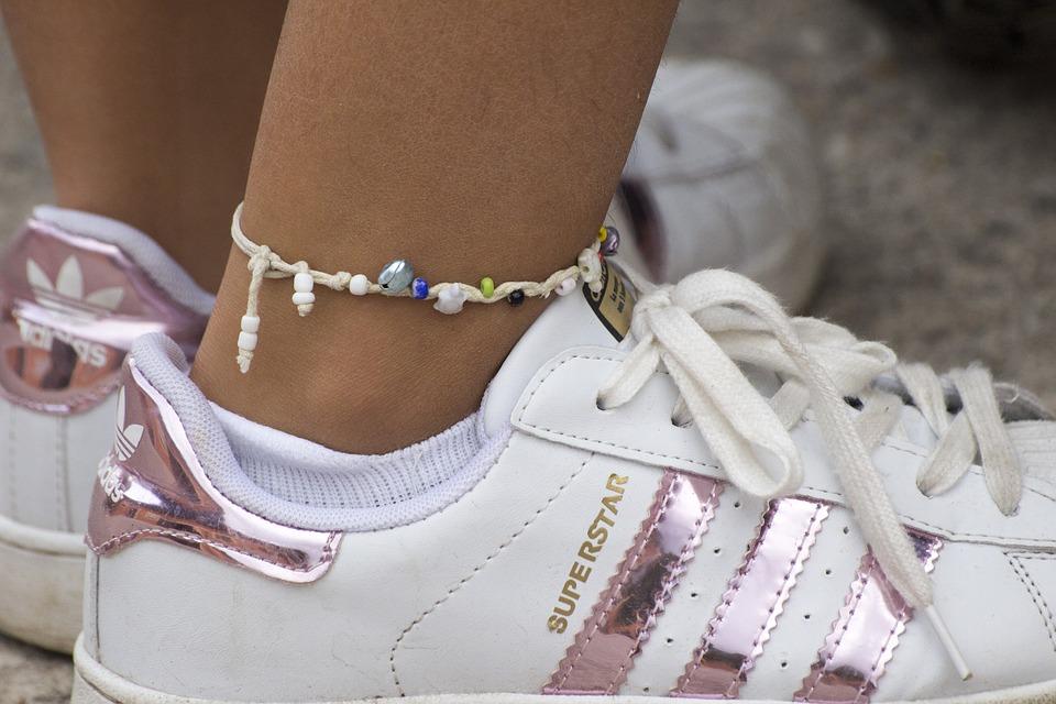 Les bracelets de cheville : tout ce qu'il faut savoir sur ces accessoires de mode